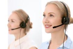 οι τρισδιάστατες εικόνες τηλεφωνικών κέντρων ανασκόπησης απομόνωσαν το λευκό Εστίαση στην όμορφη ξανθή γυναίκα στην κάσκα στοκ εικόνα με δικαίωμα ελεύθερης χρήσης