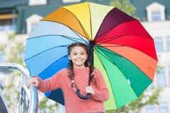 Οι τρόποι λαμπρύνουν τη διάθεση πτώσης σας Ζωηρόχρωμο εξάρτημα για την εύθυμη διάθεση Μακρυμάλλης έτοιμος παιδιών κοριτσιών συναν στοκ φωτογραφία με δικαίωμα ελεύθερης χρήσης