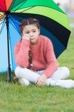 Οι τρόποι λαμπρύνουν τη διάθεση πτώσης σας Ζωηρόχρωμο εξάρτημα για την εύθυμη διάθεση Μακρυμάλλης λυπημένος παιδιών κοριτσιών λόγ στοκ εικόνες