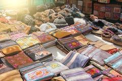 Οι τσάντες δέρματος πέρα από τον ώμο πωλούνται στην αγορά των bazaars στοκ φωτογραφίες με δικαίωμα ελεύθερης χρήσης