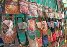 Οι τσάντες δέρματος πέρα από τον ώμο πωλούνται στην αγορά των bazaars στοκ εικόνα