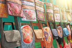 Οι τσάντες δέρματος πέρα από τον ώμο πωλούνται στην αγορά των bazaars στην Ινδία, Goa στοκ εικόνα