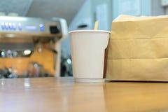 Οι τσάντες εγγράφου καφέ και καφετιού εγγράφου είναι η συσκευασία που τοποθετείται στο αντίθετο κατάστημα στοκ εικόνες