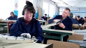 Οι τυφλοί άνθρωποι εργάζονται στις εγκαταστάσεις απόθεμα βίντεο