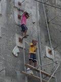 Οι των Φηληππίνων εργάτες στα υλικά σκαλωσιάς εξοπλίζουν Καμία υγεία και ασφάλεια Στοκ εικόνες με δικαίωμα ελεύθερης χρήσης