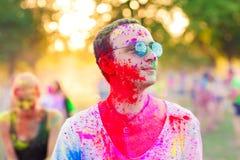 Οι τύποι γιορτάζουν το φεστιβάλ holi στοκ εικόνες με δικαίωμα ελεύθερης χρήσης