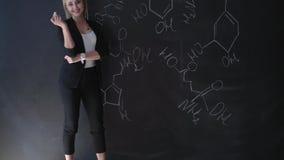 Οι τύποι γραψίματος δασκάλων στον πίνακα κιμωλίας και εξηγούν στους σπουδαστές ο τύπος απόθεμα βίντεο