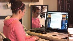 Οι τύποι κοριτσιών γυμνασίου κολλεγίου στον υπολογιστή και διαβάζουν τα βιβλία απόθεμα βίντεο
