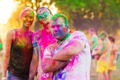 Οι τύποι με ένα κορίτσι γιορτάζουν το φεστιβάλ holi στοκ εικόνες με δικαίωμα ελεύθερης χρήσης