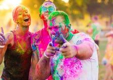 Οι τύποι με ένα κορίτσι γιορτάζουν το φεστιβάλ holi στοκ φωτογραφίες