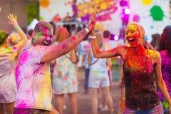 Οι τύποι με ένα κορίτσι γιορτάζουν το φεστιβάλ holi στοκ εικόνα με δικαίωμα ελεύθερης χρήσης