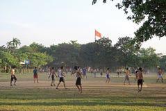 Οι τύποι παίζουν το ποδόσφαιρο υπαίθριο στο χρώμα, Βιετνάμ στοκ φωτογραφία με δικαίωμα ελεύθερης χρήσης