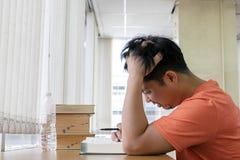 Οι τύποι τονίζονται με τη μελέτη Διαβάστε τα βιβλία στη βιβλιοθήκη, και χρησιμοποιήστε τις ιδέες να αναθεωρηθεί το περιεχόμενο Αν στοκ εικόνα