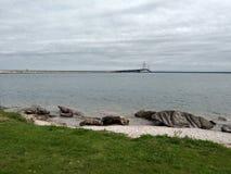 Οι υγροί βράχοι λιμνών νερού εγκαταστάσεων γεφυρών καθαρίζουν την αποβάθρα Στοκ εικόνες με δικαίωμα ελεύθερης χρήσης