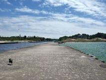 Οι υγροί βράχοι λιμνών νερού καθαρίζουν την αποβάθρα Στοκ φωτογραφίες με δικαίωμα ελεύθερης χρήσης