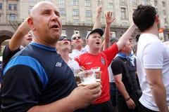 Οι δυνατοί αγγλικοί οπαδοί ποδοσφαίρου έχουν τη διασκέδαση και την μπύρα Στοκ εικόνα με δικαίωμα ελεύθερης χρήσης