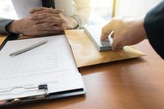 Οι υπάλληλοι επιχείρησης είναι διεφθαρμένοι με να φέρουν τα χρήματα στο τμήμα ανθρώπινων δυναμικών της επιχείρησης Για να τον επι στοκ εικόνες
