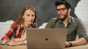 Οι υπάλληλοι εργάζονται ανά το ζευγάρι απόθεμα βίντεο
