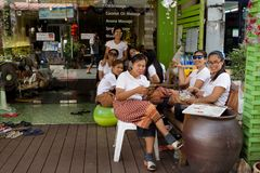 Οι υπάλληλοι κάθονται στην είσοδο στην αίθουσα μασάζ και αναμένουν τους πελάτες στοκ εικόνες