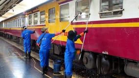 Οι υπάλληλοι πλένουν ένα επιβατικό αυτοκίνητο σιδηροδρόμων απόθεμα βίντεο