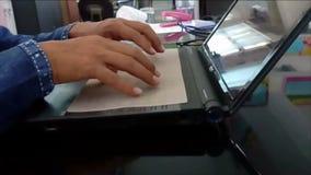 Οι υπάλληλοι χρησιμοποιούν ένα lap-top απόθεμα βίντεο