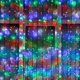 Οι υπαίθριες σειρές λαμπτήρων Χριστουγέννων διακοσμούν το παράθυρο Στοκ Φωτογραφία