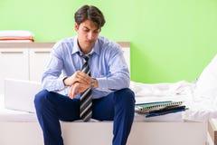 Οι υπερωρίες εργασίας επιχειρηματιών στο δωμάτιο ξενοδοχείου στοκ φωτογραφία με δικαίωμα ελεύθερης χρήσης