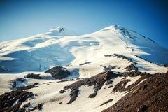Οι δυτικές και ανατολικές αιχμές της κινηματογράφησης σε πρώτο πλάνο Elbrus Στοκ φωτογραφία με δικαίωμα ελεύθερης χρήσης