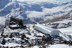 Οι δυτικές και ανατολικές αιχμές του υποστηρίγματος Elbrus Βουνά Καύκασου, Ρωσία Στοκ Εικόνες