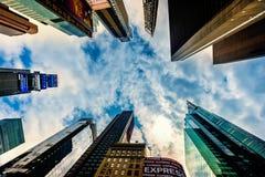 Οι υψηλοί ουρανοξύστες αύξησης τακτοποιούν κατά περιόδους σε NYC Η θέση είναι διάσημη ως παγκόσμια ` s πιό πολυάσχολη θέση και ει στοκ φωτογραφία