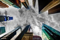 Οι υψηλοί ουρανοξύστες αύξησης τακτοποιούν κατά περιόδους σε NYC Η θέση είναι διάσημη ως παγκόσμια ` s πιό πολυάσχολη θέση και ει στοκ εικόνα