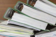 Οι φάκελλοι των εγγράφων συσσωρεύονται στοκ εικόνες