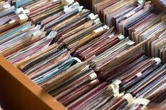 Οι φάκελλοι αρχείων σε ένα εικονίδιο του διαχειρηστή αρχείων, κατάλογος καρτών σε μια βιβλιοθήκη, κλείνουν Στοκ φωτογραφία με δικαίωμα ελεύθερης χρήσης