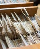Οι φάκελλοι αρχείων σε ένα εικονίδιο του διαχειρηστή αρχείων, κατάλογος καρτών σε μια βιβλιοθήκη, κλείνουν Στοκ εικόνα με δικαίωμα ελεύθερης χρήσης