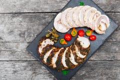 Οι φέτες σπιτικό meatloaf, μοσχαρίσιων κρεάτων και χοιρινού κρέατος tenderloin γέμισαν με τα λαχανικά στο μαύρο πίνακα κιμωλίας π Στοκ Φωτογραφίες
