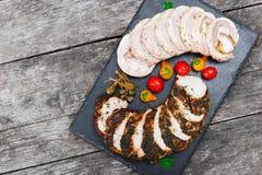Οι φέτες σπιτικό meatloaf, μοσχαρίσιων κρεάτων και χοιρινού κρέατος tenderloin γέμισαν με τα λαχανικά στο μαύρο πίνακα κιμωλίας π Στοκ Εικόνες