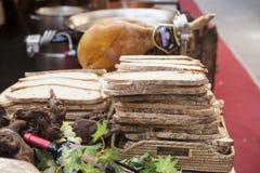 Οι φέτες ψωμιού, φρέσκα λαχανικά, κρασί, ζαμπόν, σε μια έκθεση Στοκ φωτογραφίες με δικαίωμα ελεύθερης χρήσης