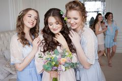 Οι φίλες αγκαλιάζουν τη νύφη, κόμμα bachelorette Ευτυχή όμορφα κορίτσια στοκ εικόνες