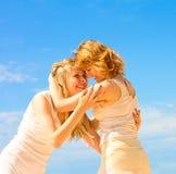οι φίλες αγκαλιάζουν Στοκ φωτογραφία με δικαίωμα ελεύθερης χρήσης