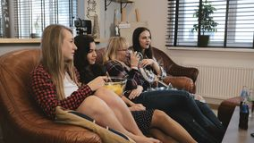 Οι φίλες προσέχουν τη ρομαντική ταινία στη TV στο σπίτι Νέα ελκυστικά καυκάσια κορίτσια που προσέχουν τη συναισθηματική ταινία με απόθεμα βίντεο
