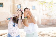 Οι φίλοι είναι αυτοί που προορίζεστε να είστε ανόητοι με στοκ φωτογραφία με δικαίωμα ελεύθερης χρήσης