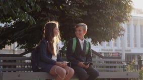Οι φίλοι κάθονται στον πάγκο που μιλά ο ένας στον άλλο φιλμ μικρού μήκους