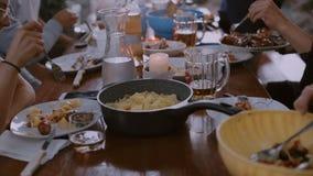 Οι φίλοι και η οικογένεια έχουν το γεύμα στο πεζούλι απόθεμα βίντεο