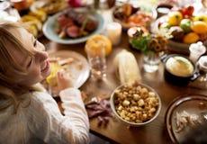 Οι φίλοι και οι οικογένειες συλλέγουν στην ημέρα των ευχαριστιών από κοινού στοκ εικόνες