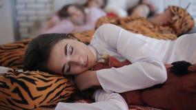 Οι φίλοι κούρασαν μετά από το κόμμα, που κοιμάται μαζί στο κρεβάτι απόθεμα βίντεο