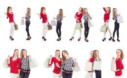 Οι φίλοι με τις τσάντες αγορών που απομονώνονται στο λευκό Στοκ εικόνα με δικαίωμα ελεύθερης χρήσης