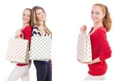 Οι φίλοι με τις τσάντες αγορών που απομονώνονται στο λευκό Στοκ φωτογραφία με δικαίωμα ελεύθερης χρήσης