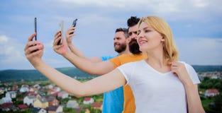 Οι φίλοι που έχουν τη διασκέδαση στη στέγη, παίρνουν selfie Έννοια της ευτυχίας στοκ φωτογραφίες