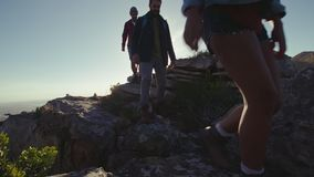 Οι φίλοι που κάτω από ένα δύσκολο βουνό σύρουν απόθεμα βίντεο