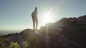 Οι φίλοι σε ένα βουνό την ηλιόλουστη ημέρα απόθεμα βίντεο